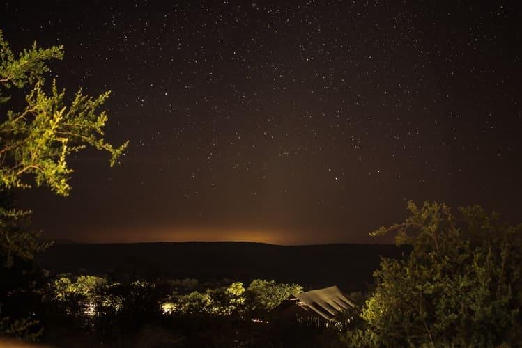 Noche estrellada en los campamentos de arbustos en Zambia